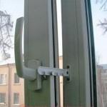 Гребенка на окна - позволяет фиксировать открытое окно для невозможности пролезания питомца